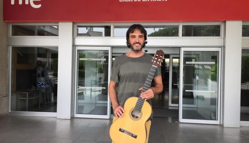 """RNE: Salimos por el mundo – Toni Cotolí: """"Tocar la guitarra española emociona al público chino"""" – 12/10/2015"""
