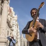 El guitarrista Toni Cotolí denuncia la crisis de la industria musical celebrando sus primeros 15.000 discos vendidos con un concierto frente la Skyline de Valencia